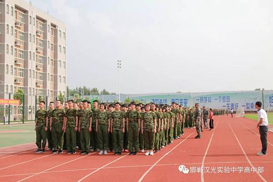 河北一无资质民办高中已开学军训 教育局:正在调查