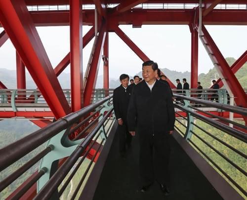 11月3日至5日,中共中央总书记、国家主席、中央军委主席习近平在湖南考察。这是3日下午,习近平来到位于湖南吉首市的矮寨特大悬索桥考察。新华社记者兰红光摄