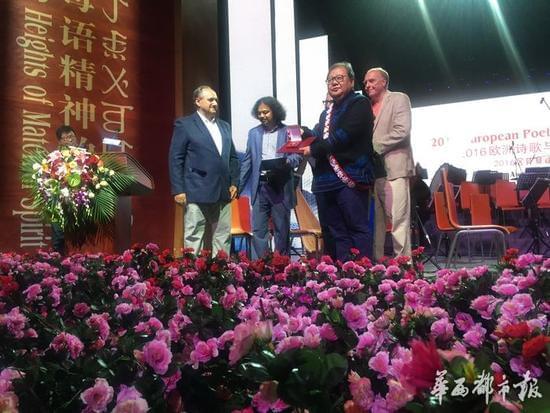 中国著名诗人吉狄马加获得了2016年度欧洲诗歌与艺术荷马奖,6月27日,颁奖仪式在吉狄马加的故乡四川省凉山彝族自治州举行。该奖项以伟大的古希腊诗人荷马的名字命名,为表彰具有世界影响的诗人和艺术家对传统的继承,并在文学和艺术领域具有创造性的贡献,其作品应具有贴近古代的范式,同时向世界发出极具个性而普遍的讯息。颁奖者认为,中国诗人吉狄马加的诗富有文化内涵,事实上深深植根于彝族的传统。他的诗歌创作也提升了通灵祖先的毕摩祭司所把控的远古魔幻意识。他的诗歌艺术构成一片无形的精神空间,山民们与这一空间保持持久的互动,他的诗让人心灵净化,并构建起一个人类不懈追求纯真和自我实现的伟大时代。