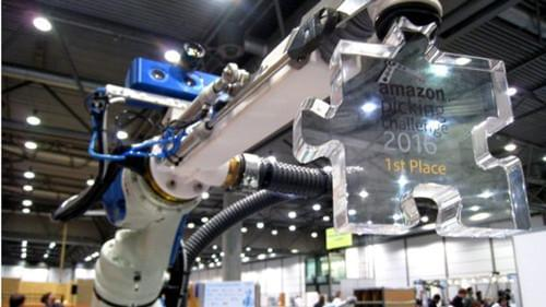 要抢仓库员的工作?亚马逊分拣货物挑战赛:独臂机器人夺冠