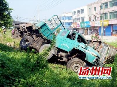 不打转向灯面包车突拐弯 紧急避让大货车翻下公路