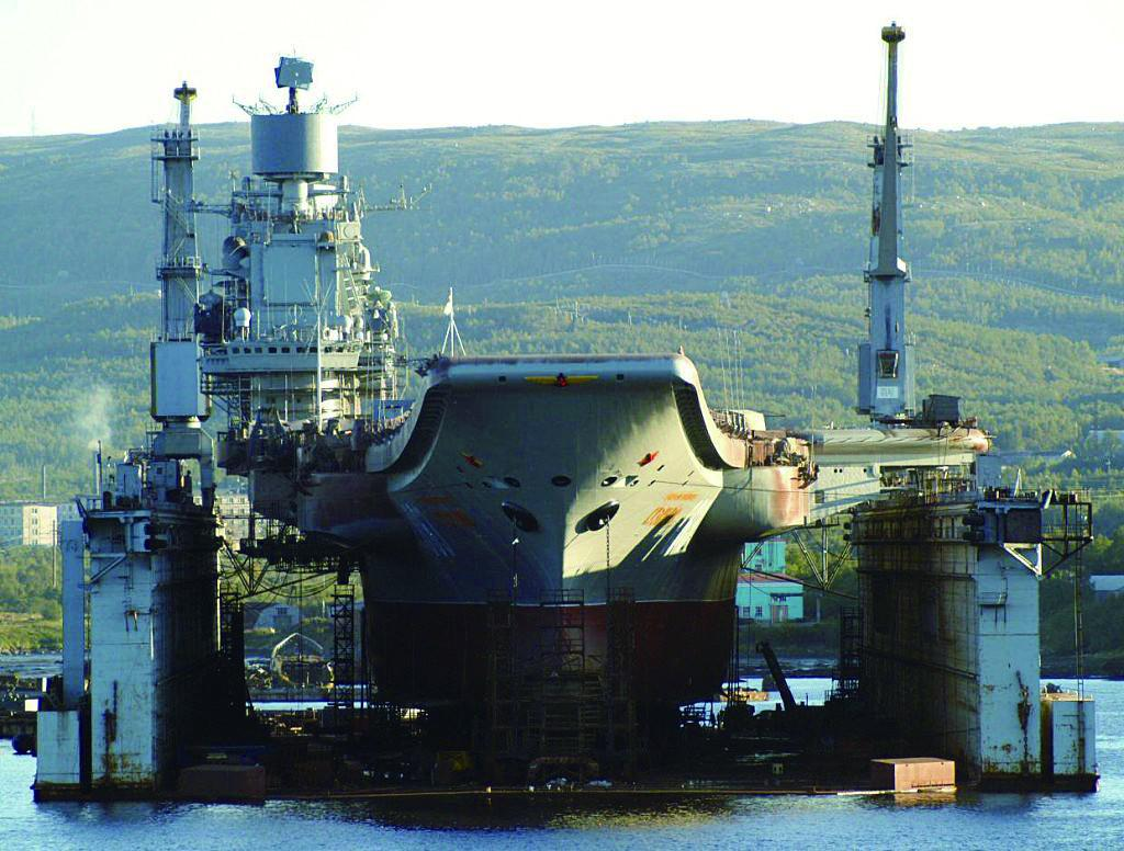 俄航母甲板被砸出20平米大洞 厂方:微不足道