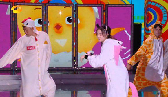 冯提莫与迪丽热巴同台《快乐大本营》,神奇鸡仔意外成亮点