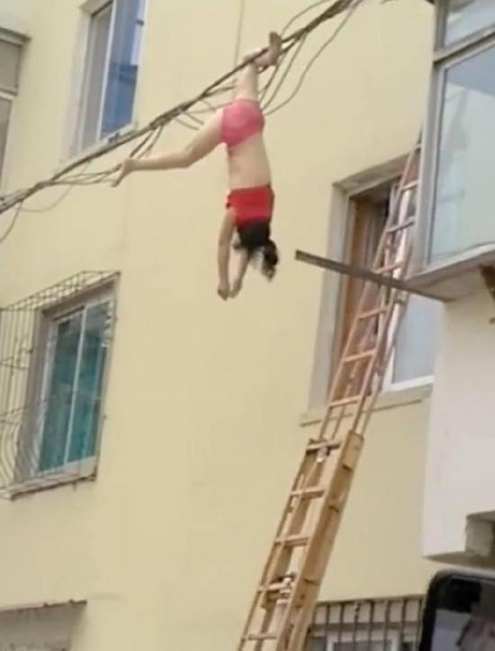 女子只穿内衣裤坠楼倒挂电线上 原因令人意外