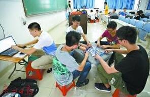 广州有一群大学生教室里打麻将 学校还批准了