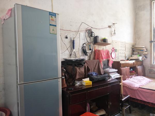 湖南东安一乡村教师修漏雨教室时摔残,拄拐坚守讲台18年