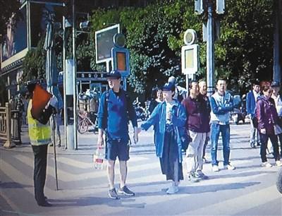 """游客闯红灯被劝阻 辱骂协勤员大喊""""警察性骚扰"""""""