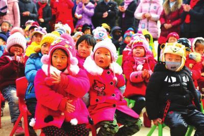 兰州:暖冬行动爱心团队为庄浪221名孩子送去4万元物资