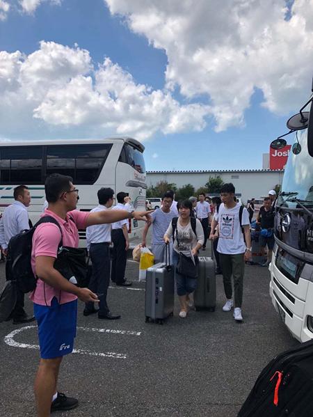 游客关西撤离:听说中使馆派车接 大家欢呼祖国万岁