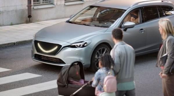 自动驾驶汽车装微笑指示灯 礼让行人过马路的照片 - 2