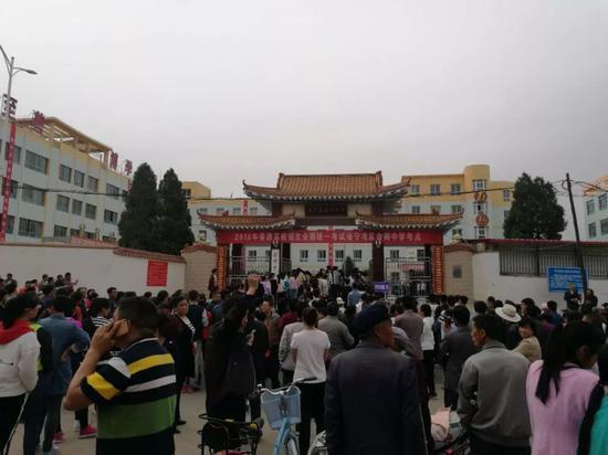 6月7日,高考第一天,会师中学考点,家长们等在校门口。王双兴 摄