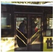 男子乘公交想提前下车遭拒 拿安全锤砸碎后门玻璃