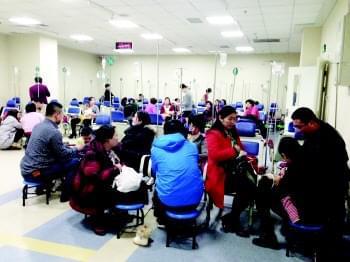 妇女儿童医院输液大厅里挤满了生病的孩子.