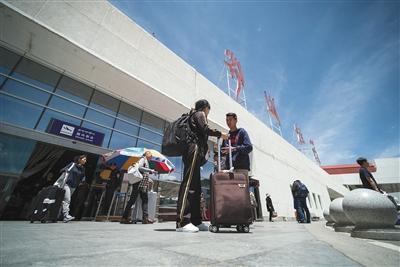 昨日,3U8633航班因机械故障备降成都,川航安排3U8695执行成都至拉萨航班任务。图为原3U8633航班旅客抵达拉萨贡嘎国际机场。图/视觉中国