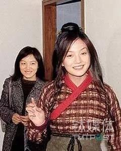 赵薇(前)和嫂子陈蓉(后)