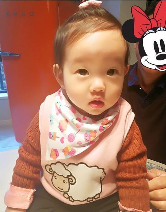 """网友们纷纷给这杨家这位小美女点赞:""""这么可爱的娃你还舍得去上班吗?"""
