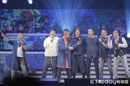 谭咏麟演唱会六大古惑仔现身 合唱经典歌曲引回忆