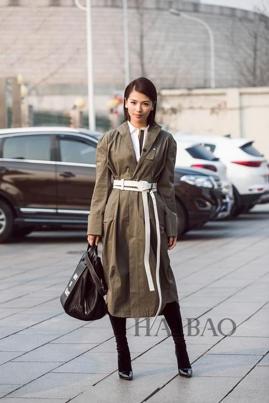 2017年1月25日,刘涛春晚联排街拍——大衣、包袋:罗意威 (Loewe)靴子:巴黎世家 (Balenciaga) 腰带:ID