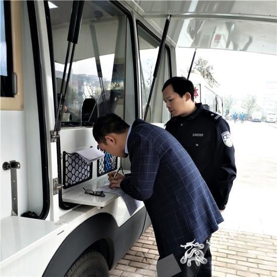 女白领的广安驾驶证分分钟转到工作地 沙坪坝移动车管所开进自贸试验区