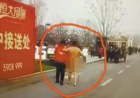 盲人校长寒风中街头裸奔 抗议学校周围搭建围挡