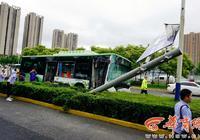 车辆失控 西安一辆满载大学生的公交车冲上绿化带