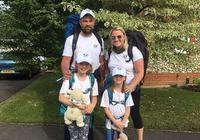 英国夫妇让2个女儿休学一年 随其环游世界