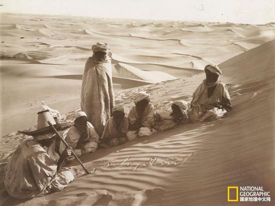 世界各地学生上课场景:沙漠学校授书法课