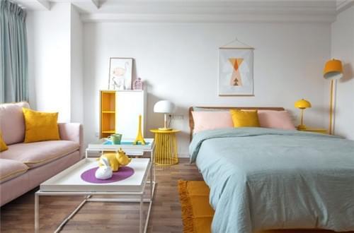 墙和木地板为底,搭配明亮的黄色软装为空间注入活力