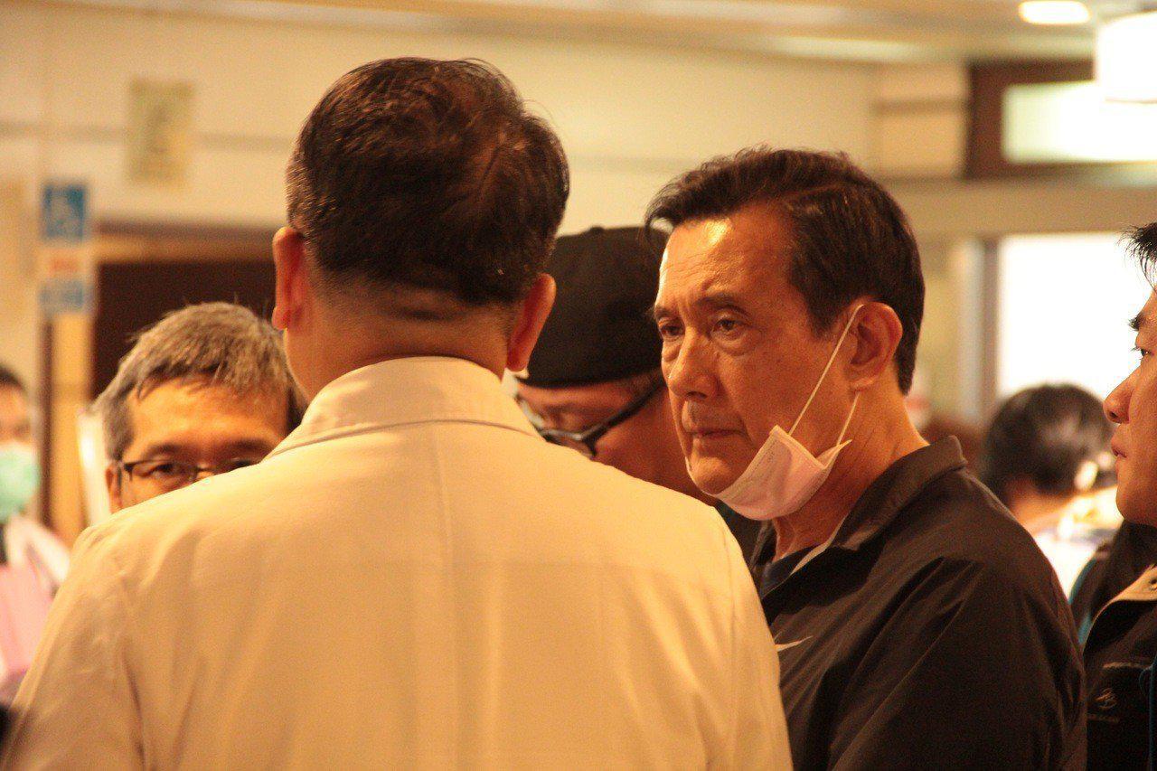 """台教师抗议民进党""""去中国"""" 马英九道歉:努力不够"""