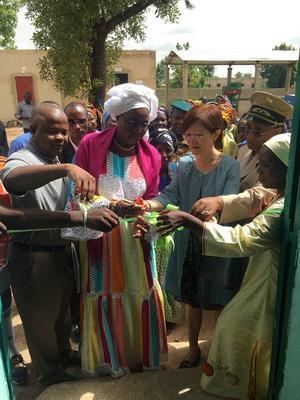 随后,陆大使和巴部长共同为农产品仓库剪彩,并一同参观了有关项目落实情况。