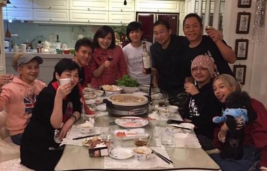 黄子佼与女友甜蜜同框 春节到萧敬腾家打麻将卜学亮家吃火锅