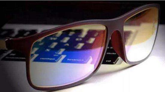"""""""防蓝光""""镜片可阻挡部分来自手机、平板电脑等设备的蓝光,保护眼睛。"""