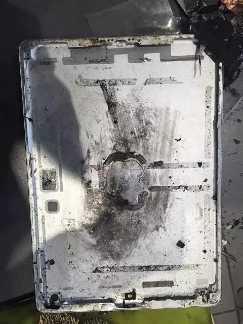 iPad半夜充电突然爆炸 桌子烧出黑洞的照片 - 3
