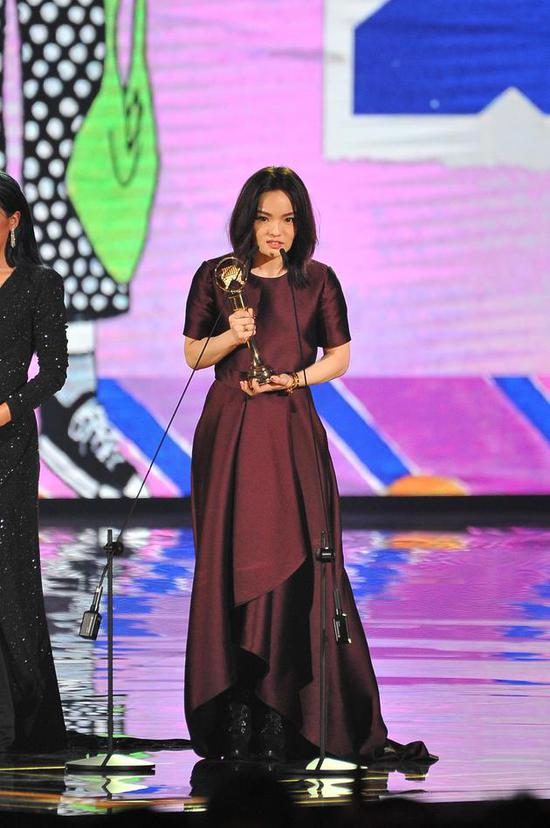 徐佳莹夺金曲两项大奖 男友比尔贾台下比心
