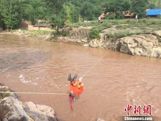山西一村庄遭洪水围困 消防员绳索飞渡救出19人