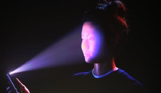 iPhone X展示面部识别技术 戴眼镜长胡子也能识别