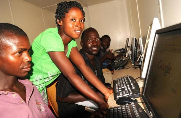 揭秘非洲网吧:1小时2美元 开网页需五六分钟的照片 - 1