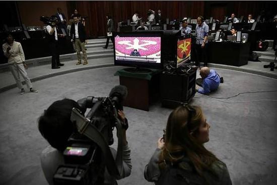 外媒获邀采访朝鲜七大 只能对着电视机拍摄。