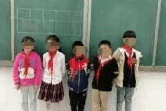 小彤和几名迟到的同学被老师罚站黑板下,并被要求蹲马步(网络图,与本文无关)