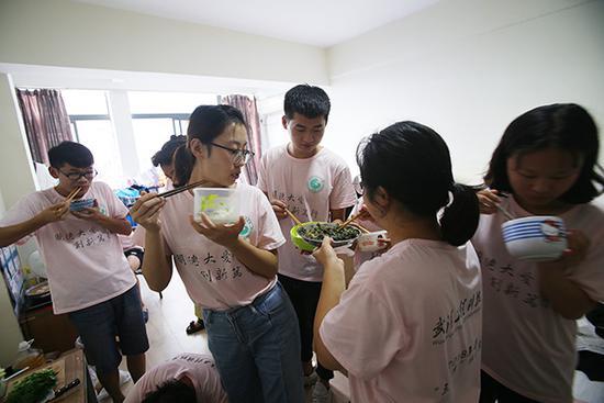 大学生体验生存挑战 14人同住被疑传销遭邻居举报
