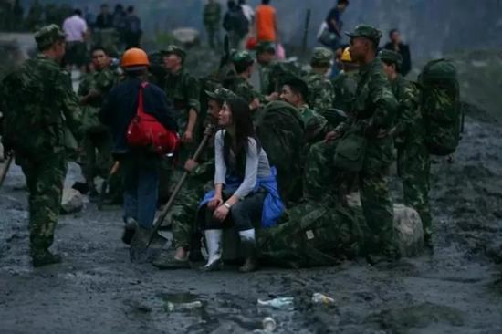 2008年5月14日,杨曦拍摄的徒步进映秀途中的赵佳月。受访者供图