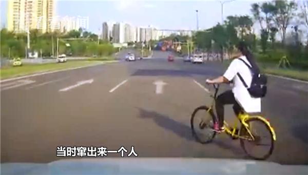 女子戴耳机骑车突然变道横穿 被后车撞倒负主责