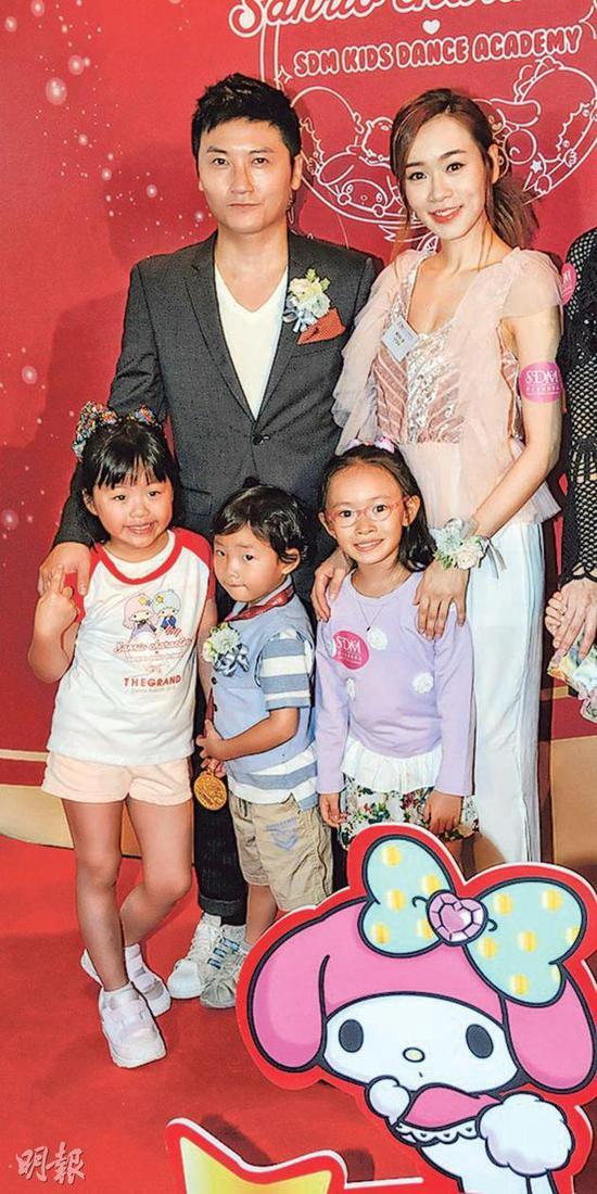 杨思琦与女儿(前右)、高皓正和一对子女(前左)出席舞蹈学校活动。