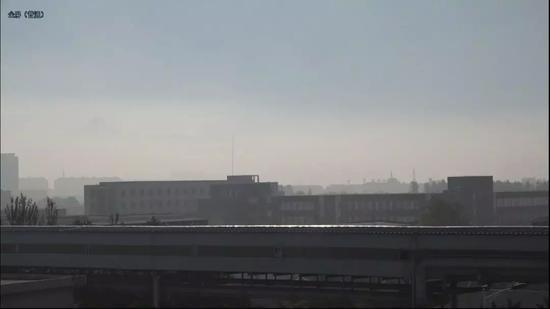 凌钢的生产车间,远处的建筑,是第三监狱。新京报记者孙旗摄