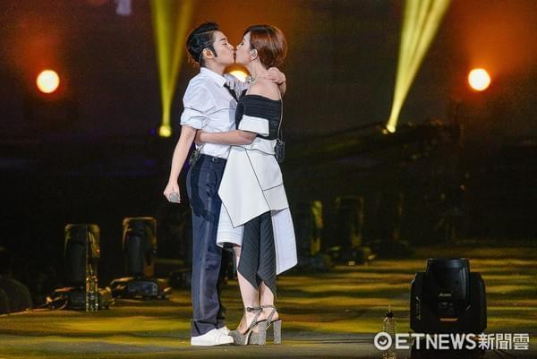 刘若英扮男装帅气撩人 与梁静茹合唱忘情接吻