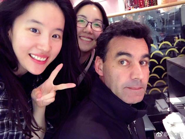 刘亦菲与工作人员合影