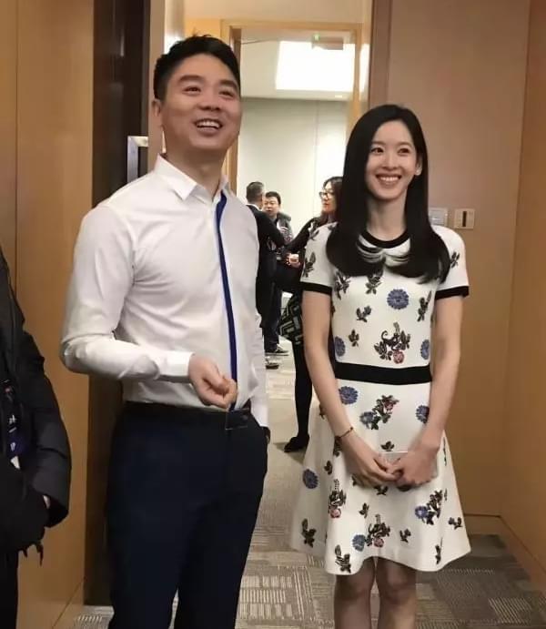 奶茶妹陪东哥开会 所穿裙子天猫标价近4万的照片 - 1