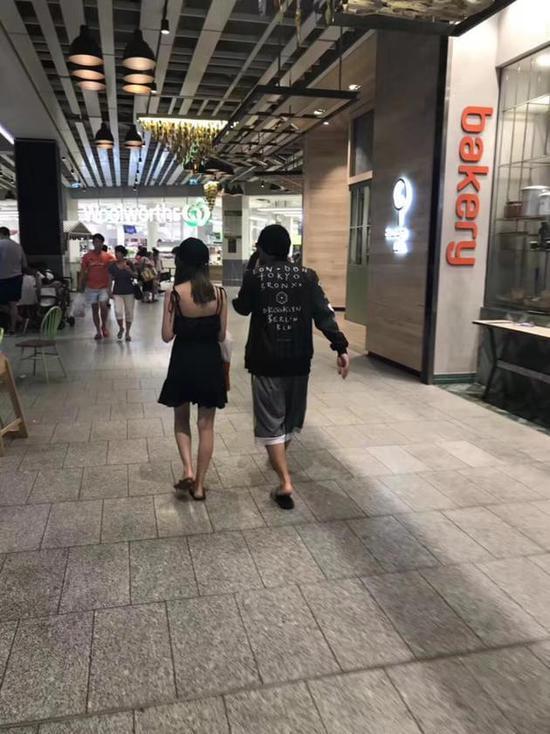 网友偶遇周杰伦夫妇 昆凌穿清凉吊带裙长腿抢镜