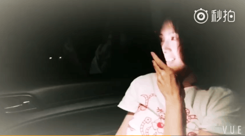 章子怡在听女儿的语音