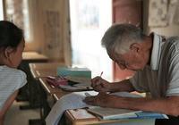91岁乡村退休教师为孩子补课:手术后4天就急着出院